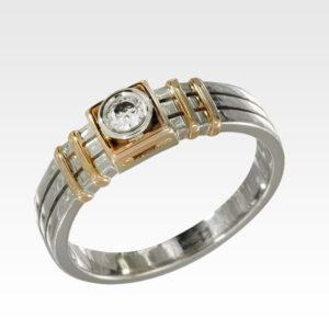 Кольцо из золота с центральным бриллиантом Арт1101381