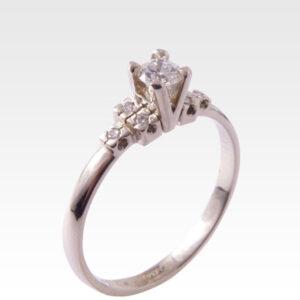 Кольцо из золота с центральным бриллиантом Арт0101549